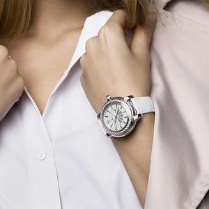 Почему мы постоянно поправляем часы и ерзаем