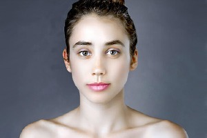 Журналистку отфотошопили по стандартам красоты 25 стран