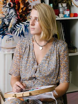 Художница Лиза Смирнова у себя в мастерской