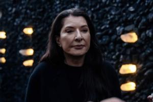 «Кристаллическая стена плача» Марины Абрамович в Бабьем Яре