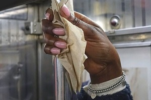 На кого подписаться: Выразительные портреты рук пассажиров метро
