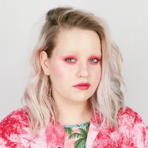 Студентка и любительница макияжа Настя Зигги о творчестве и косметике