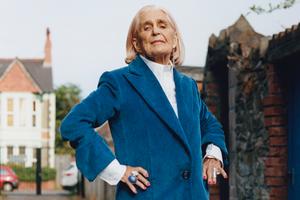Пожилые жительницы Уэльса в осенней кампании Helmut Lang