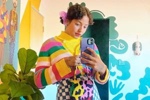 На кого подписаться: Буйство цвета в гардеробе фотографа Мишель Норрис