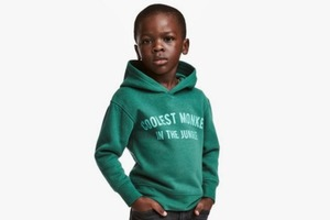 H&M извинились  за расистскую фотографию