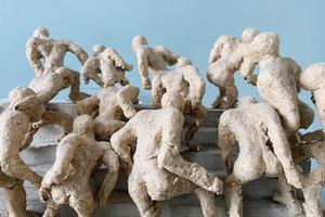 Деталь: Владелица галереи Osnova Алена Курмашева и её скульптура