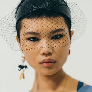 Стразы, чёлка и осветлённые брови: Самые интересные бьюти-тенденции недель моды
