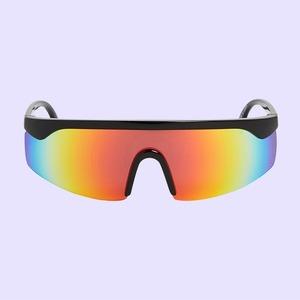 В духе 90-х, с цветными стёклами или без оправы: 25 солнцезащитных очков