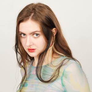 Режиссёрка, мейк-ап артистка и квир-персона Софья Аталикова о принятии себя и любимой косметике
