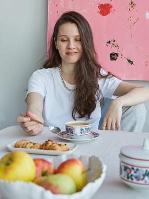 Соосновательница брендов Mirstores и Beaded Breakfast Катя Киндрась у себя в гостиной