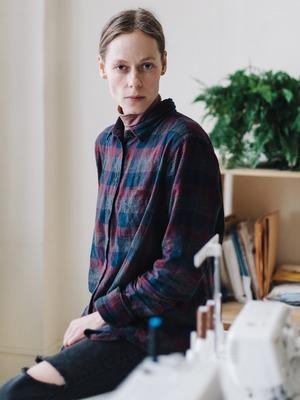 Дизайнер одежды Катя Яэмурд у себя в студии