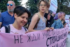 На шествии в Москве собралась колонна в поддержку сестёр Хачатурян