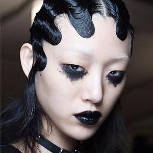 Чёрный, красный, металлик: Новые тенденции в макияже и причёсках