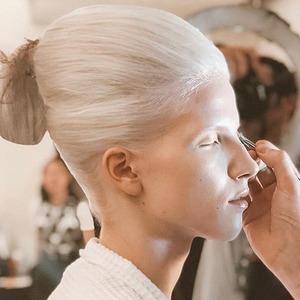 Голография и монохром: 5 модных макияжей на Неделе моды в Нью-Йорке