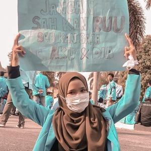 Тюрьма за секс до брака: Почему протестуют в Индонезии