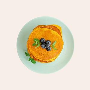 Солёная карамель и грибное фрикасе: 11 начинок для блинов к Масленице