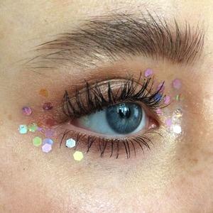 Блёстки в макияже: На губах, веках, бровях и не только