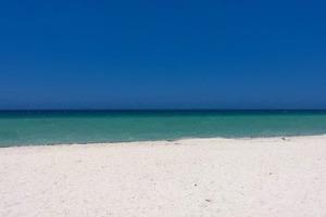 Что на фотографии — пляж или дверь?