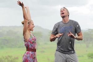 Кристен Белл и Дэкс Шепард сняли клип об отпуске в Африке