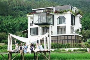 Семь подруг купили роскошный дом, чтобы жить в нём вместе на пенсии