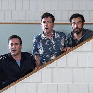 «Ты водишь!»: Джереми Реннер и Джон Хэмм играют в салочки в главной комедии лета