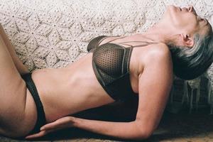 В новой рекламе белья Lonely снялась 57-летняя модель