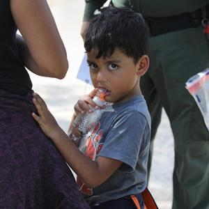 Дети в вольерах: Как и зачем в США разлучают семьи мигрантов
