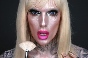 Эксперимент бьюти-блогеров: Весь макияж только хайлайтерами