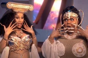 Cardi B и Lizzo в образе античных богинь в клипе на трек «Rumors»