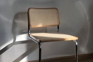 Деталь: PR-агент Катя Ярмахова и её великолепный стул
