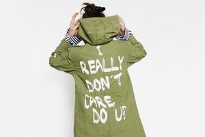 Меланию Трамп осудили  за неуместную надпись  на куртке