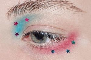 На кого подписаться: Чистый и яркий макияж в инстаграме Hollifer