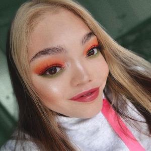 «Я крашусь не потому, что стесняюсь себя»: Бьюти-блогер Лиля Ло о макияже и инклюзивности