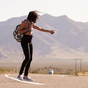 «Как за хлебом выйти»: Как путешественницы автостопят в разных странах