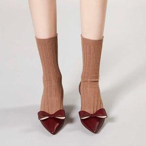 Как это носить:  Босоножки, клоги  и лодочки с носками