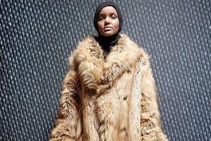 Приглашение-свитер и модель в хиджабе: в Нью-Йорке прошёл показ Yeezy