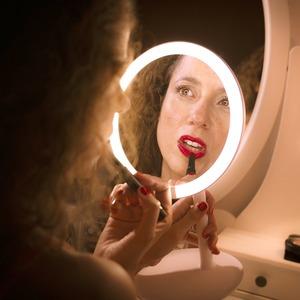 Как поднять настроение в изоляции с помощью макияжа, украшения дома и не только