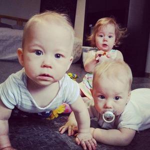 Трое — это банда: Как я случайно родила тройню и ращу её без нянь