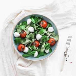 10 легких, но сытных  летних салатов