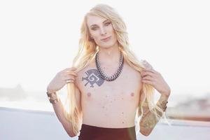 Трансгендер показывает, как меняется ее тело  и отношение общества