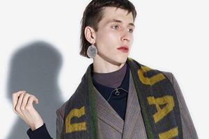 Acne напечатали феминистские слоганы  на мужских шарфах