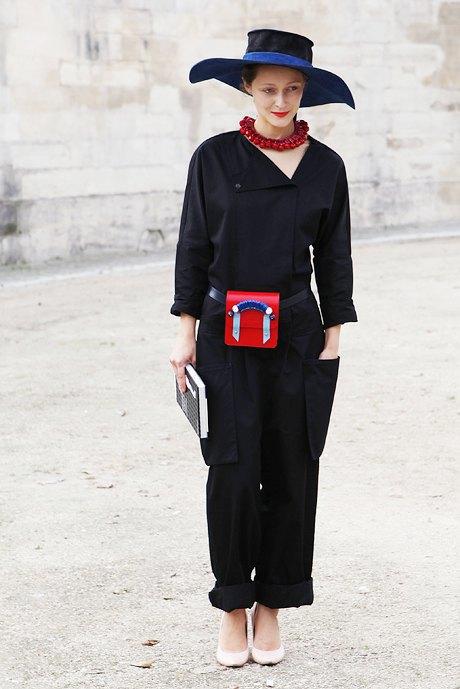 Дарья Шаповалова заметно выделяется из толпы одинаковых модников и, кстати, поддерживает украинских дизайнеров. Изображение № 11.