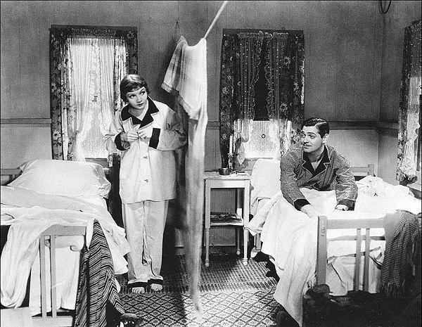 Врачи советуют спать в разных кроватях для улучшения отношений. Изображение № 1.