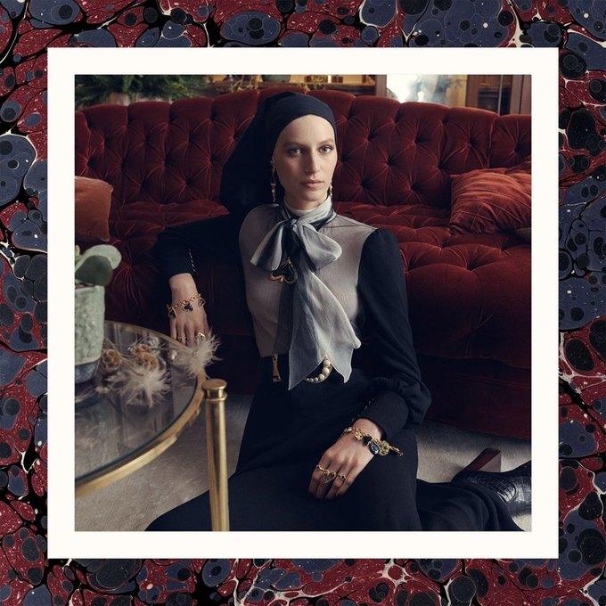 Много золота и красивые интерьеры в осенне-зимней кампании Zara. Изображение № 8.