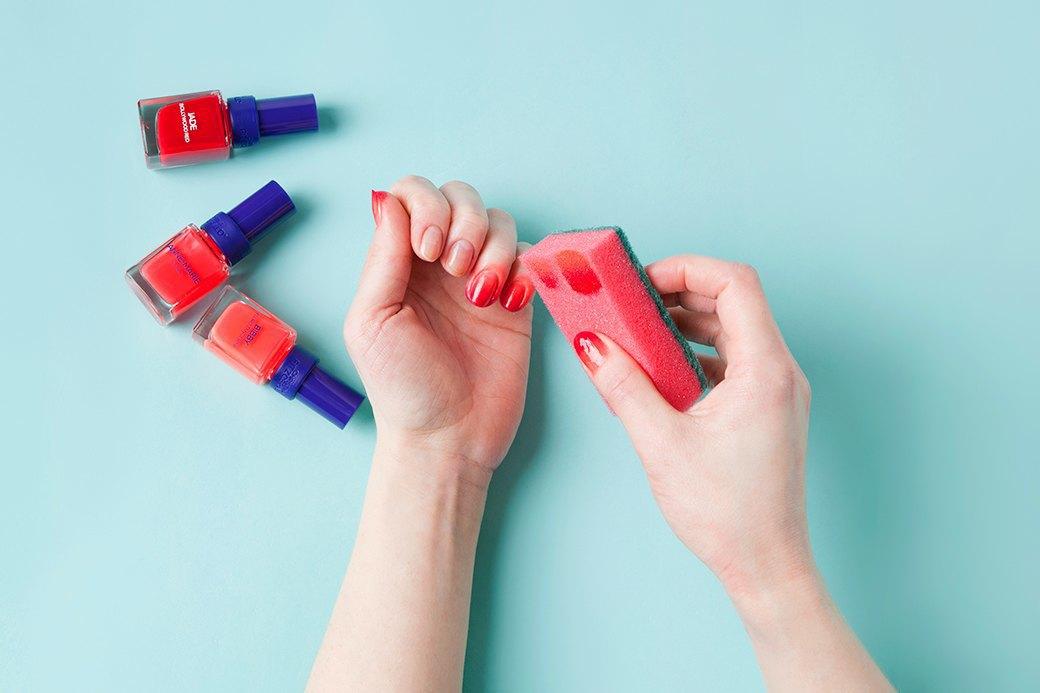Прямо на губку слоями нанести лак и прижать ее к ногтю. Кожа вокруг окрасится в любом случае, так что деликатничать не стоит. Изображение № 2.