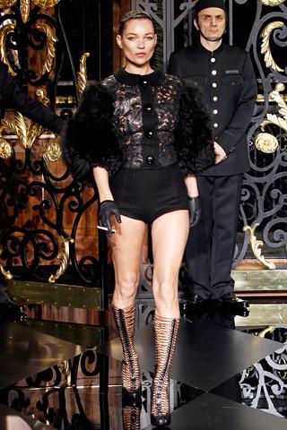 Кейт Мосс на Louis Vuitton FW 2011. Изображение № 59.