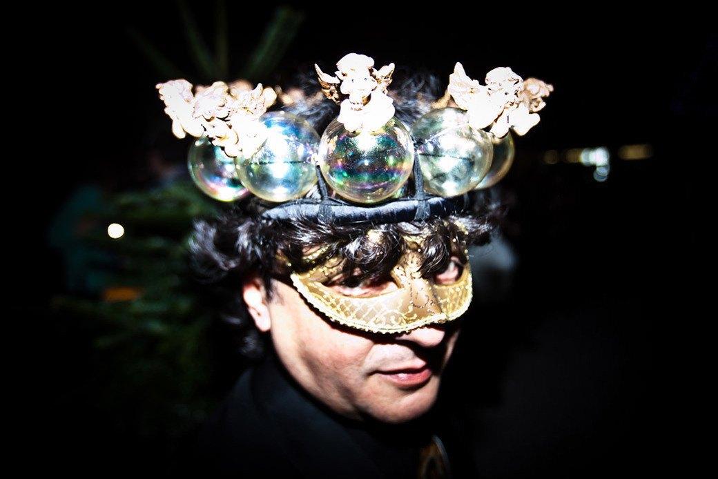 Маски из перьев  и цветы в волосах  на вечеринке «Martini карнавал». Изображение № 27.