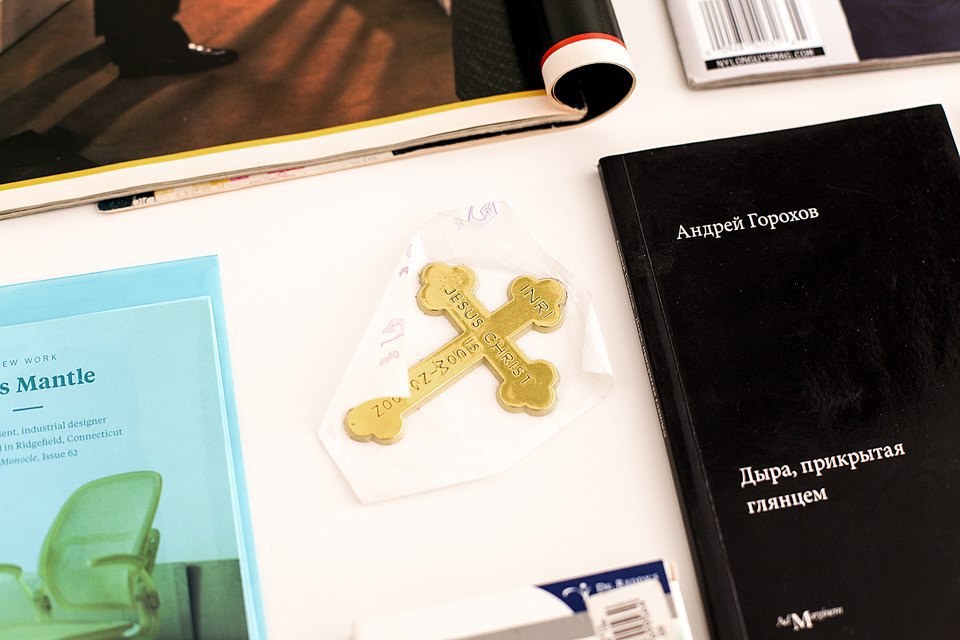 Штуки из стола. Крест —подарок Гоши Мхеидзе. Книжка — подарок тоже чей-то. Дочитать Горохова даже в столь малом объеме я оказался не в состоянии. Изображение № 12.