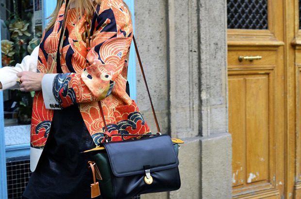 Десяток модников под зонтом, японец с двумя шарфами и другие гости Paris Fashion Week. Изображение № 20.