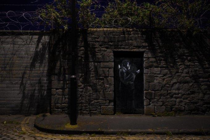Новое граффити Бэнкси —о любви в эпоху смартфонов. Изображение № 2.